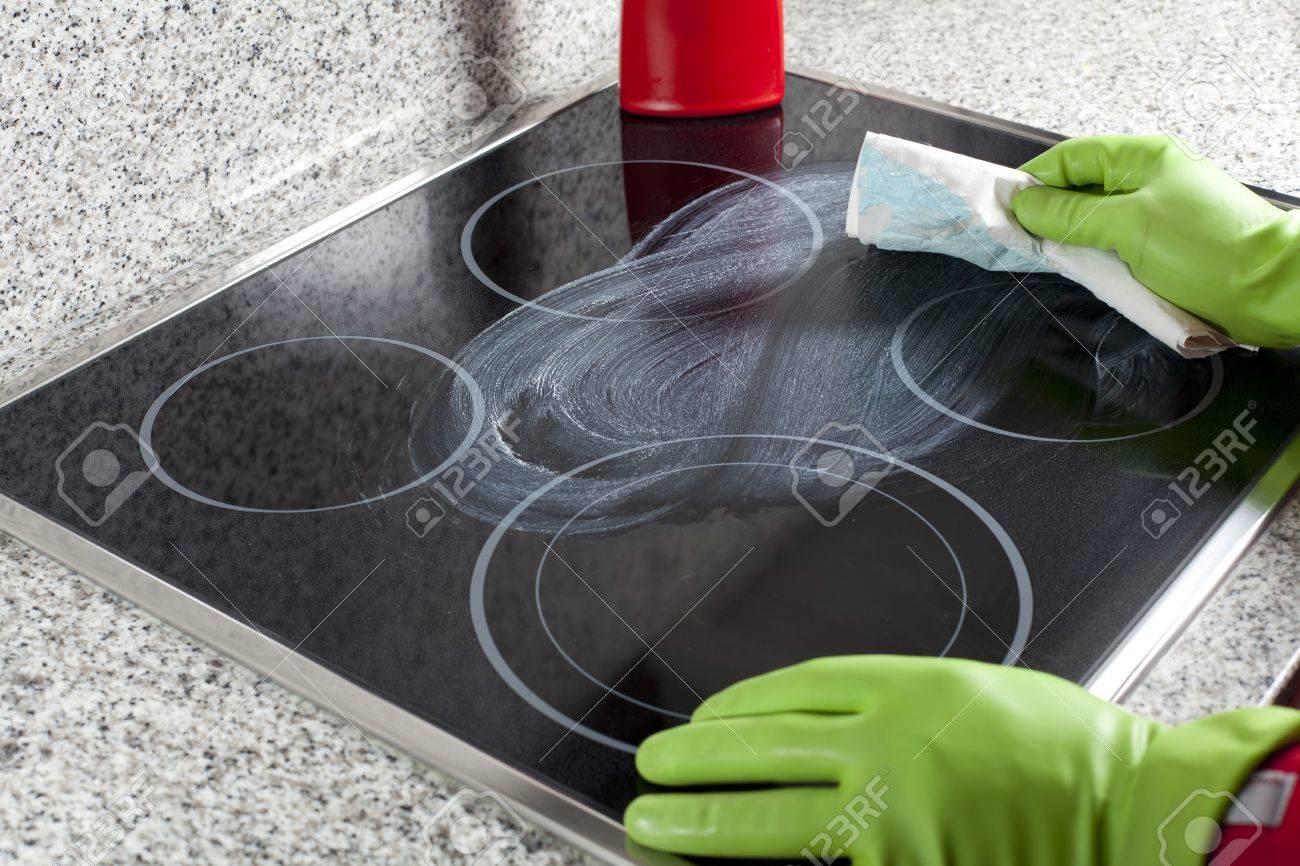 Reinigen Sie Das Kochfeld Mit Speziellen Flussigkeit Lizenzfreie