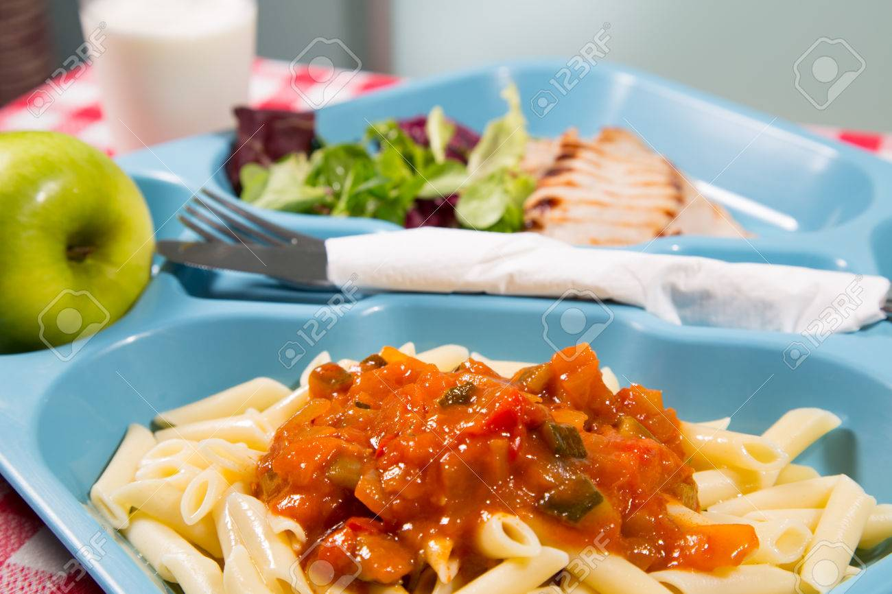 Tray of food for school meals - 31089662