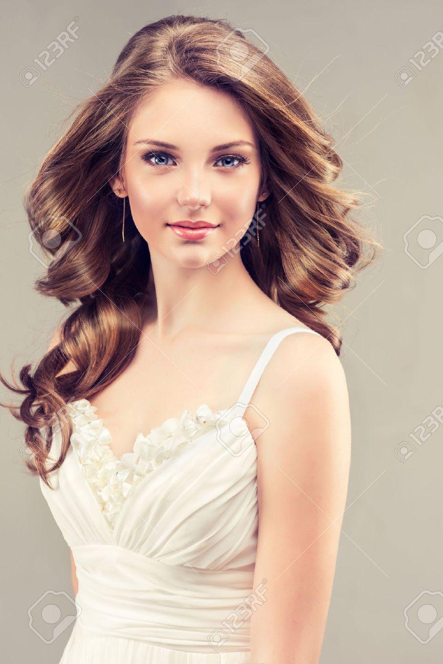 Modele De Fille Dans Une Robe De Mariee Blanche Avec Coiffure
