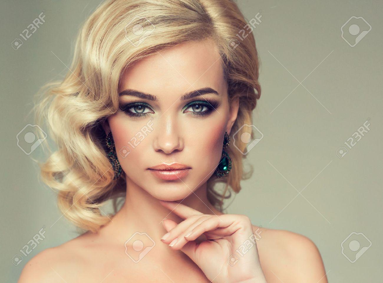 Очаровательная телка блондинка