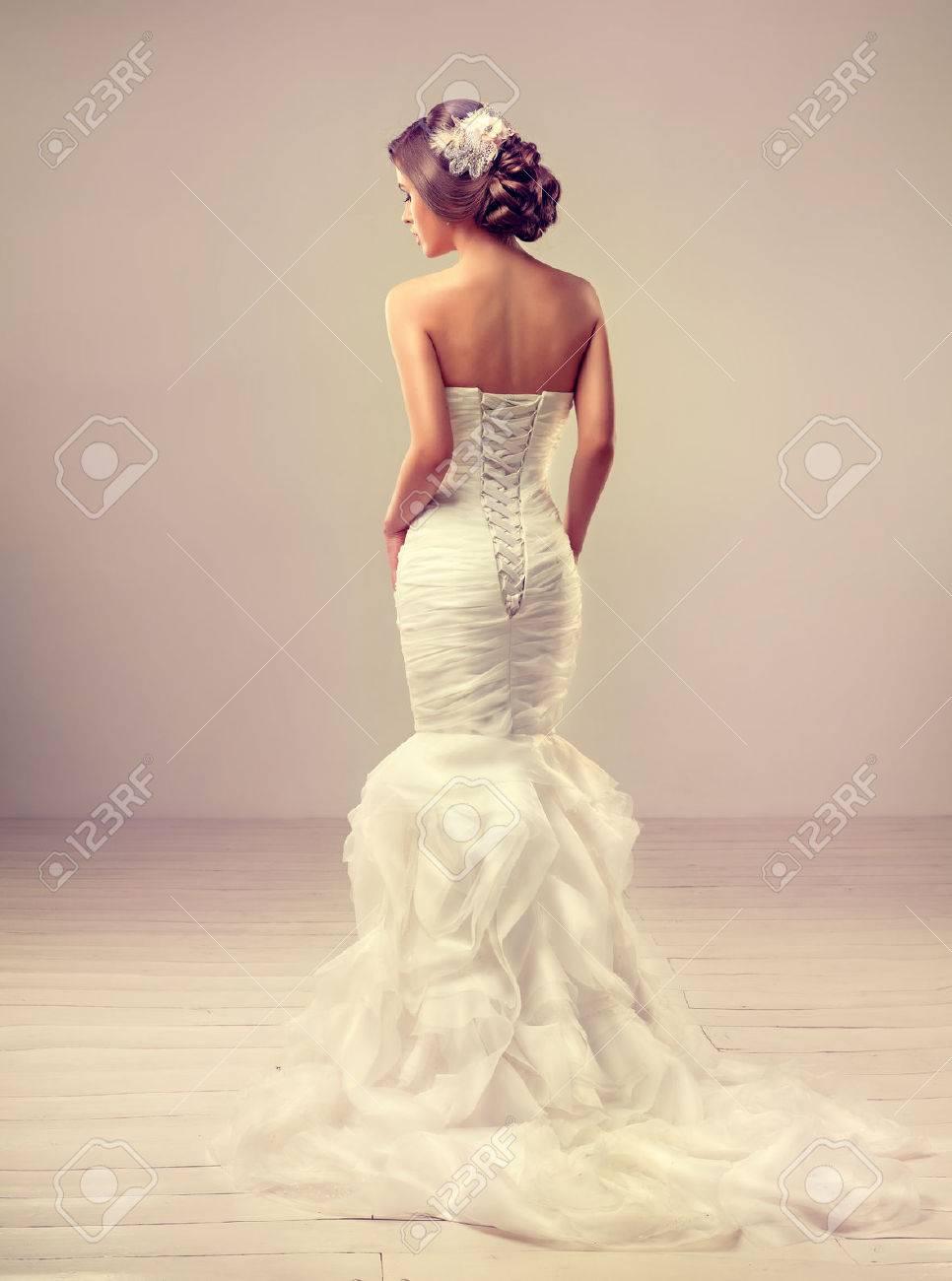 Mädchen Braut Im Hochzeitskleid Mit Eleganten Frisur. Lizenzfreie ...