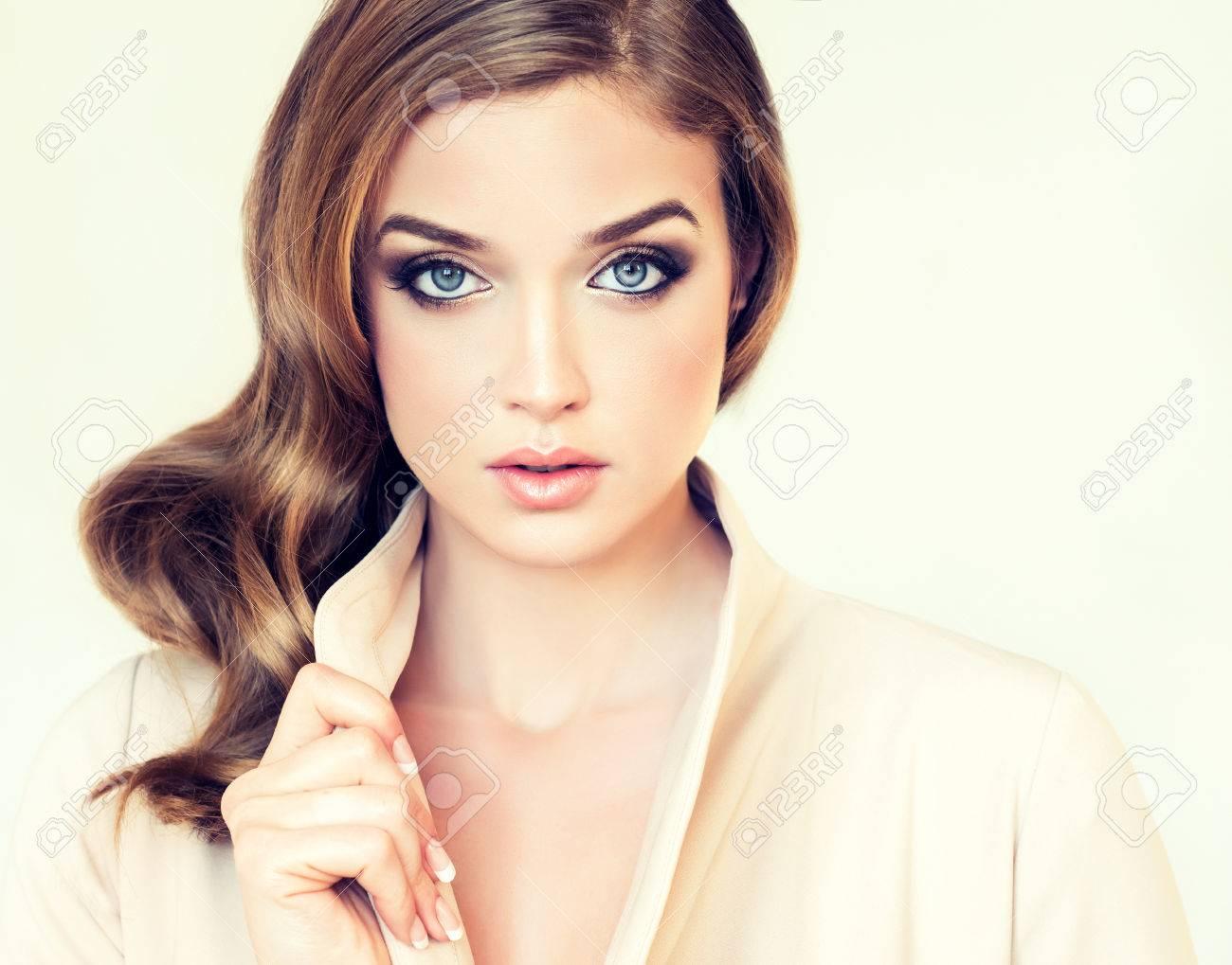 Schönes Mädchenbaumuster Im Beige Jacke Mit Stilvoller Frisur Locken