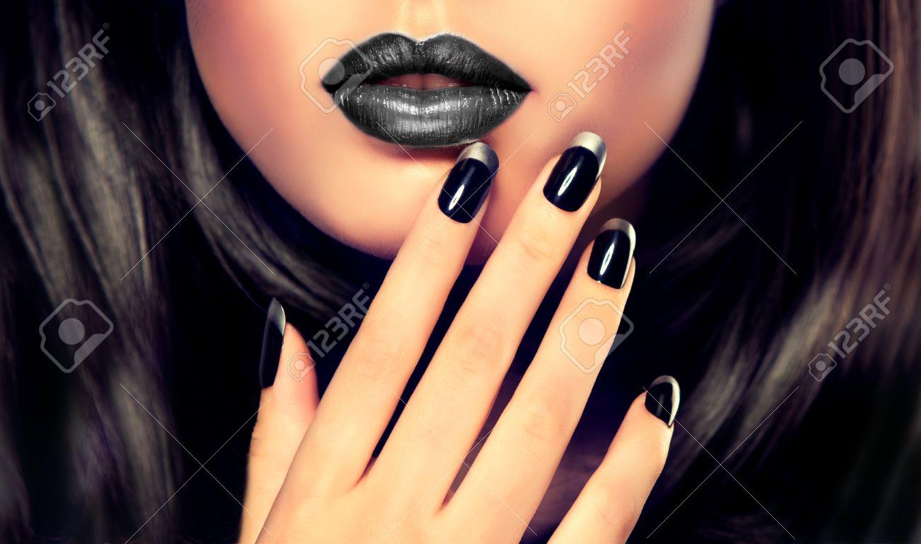 Hermosa Morena Modelo Muestra Manicura Francesa Negro Y Plata En Las Uñas