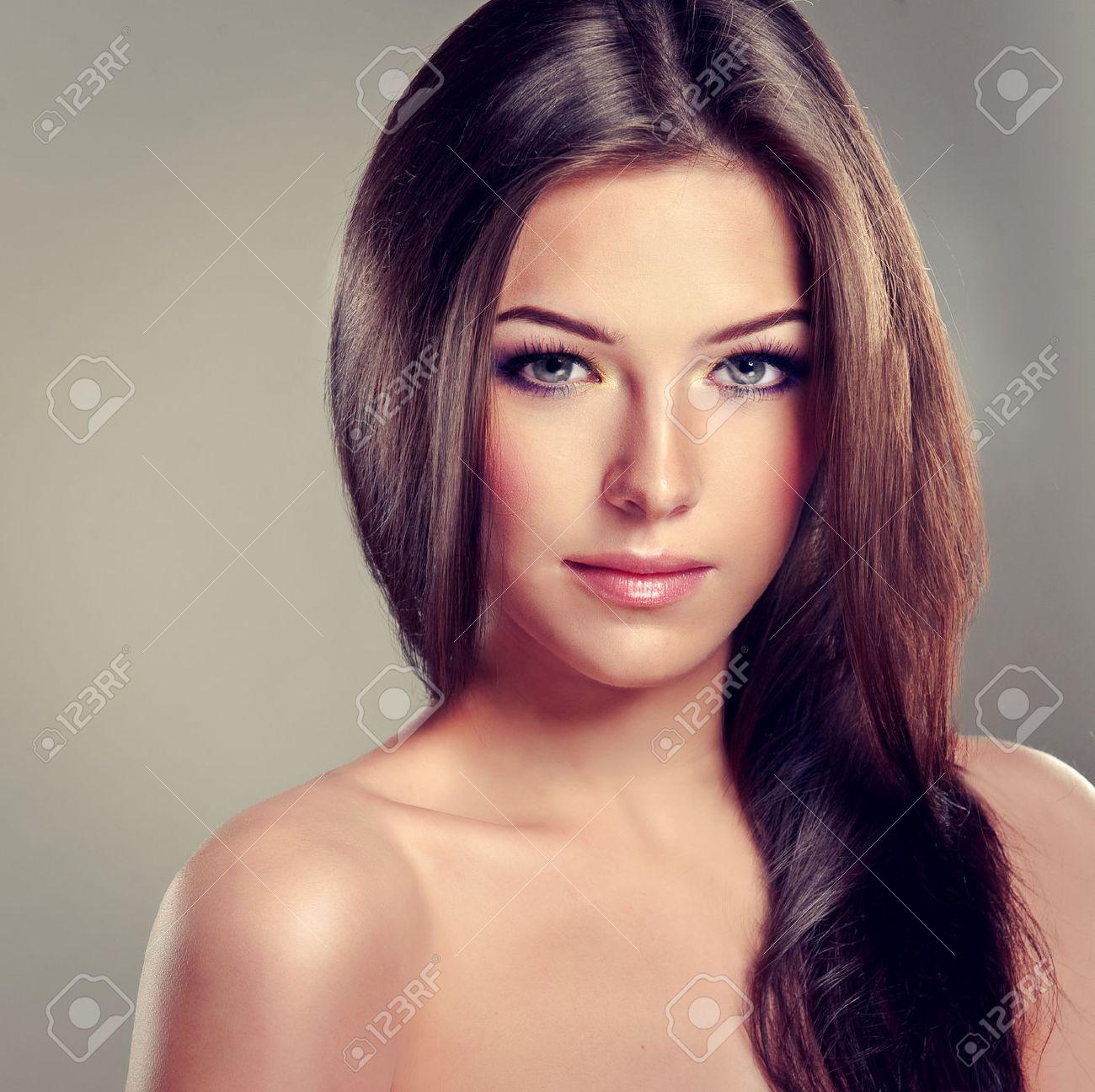 nia morena con el pelo largo y liso el peinado y el maquillaje de moda