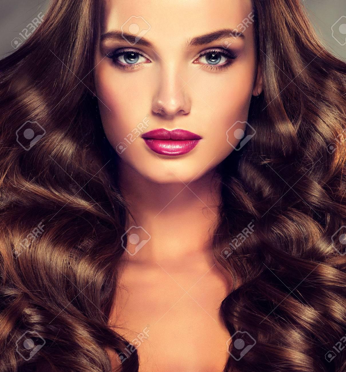 Schöne Junge Mädchen Model Mit Dichtem Lockigem Haar Helle