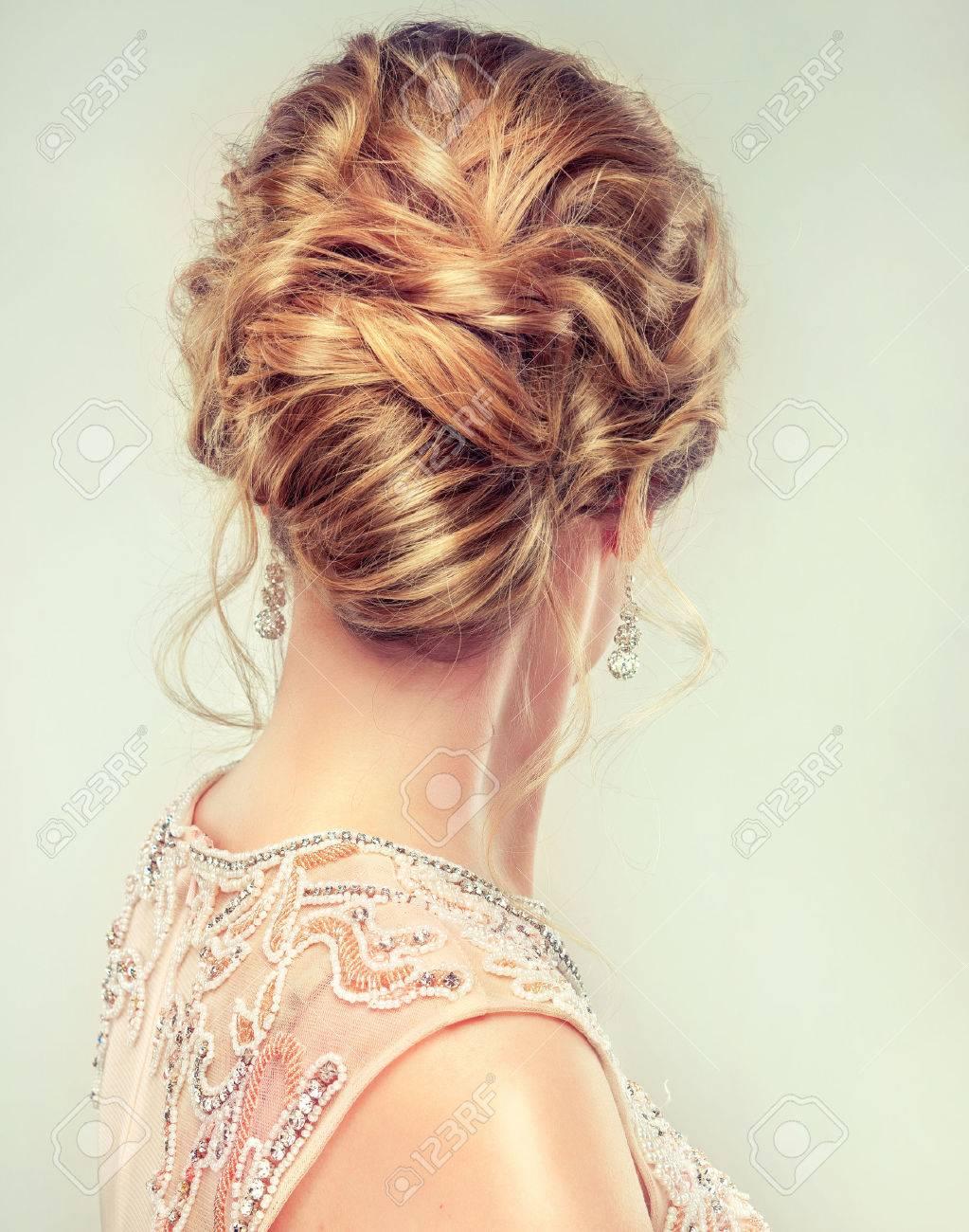 Exemple De Coiffure De Mariage Belle Fille Cheveux Brun Clair Avec Un Hairstyle View Elegant Du Cote Arriere Banque D Images Et Photos Libres De Droits Image 54743950