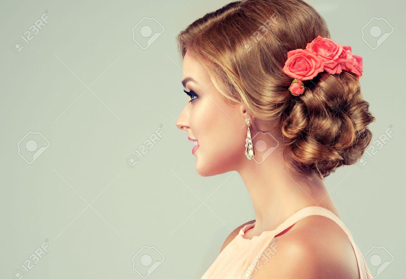 Schone Frau Mit Bunten Make Up Und Mode Hochzeit Frisur Rose Blumen
