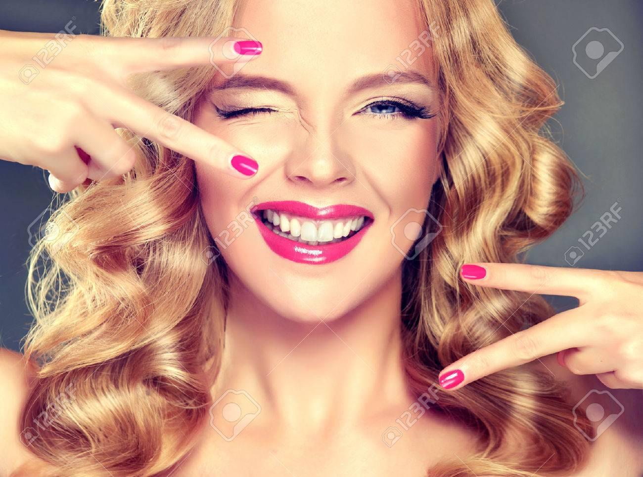 Junge Breit Lächelnde Blonde Mädchen Modell Loose Dichte Blonde