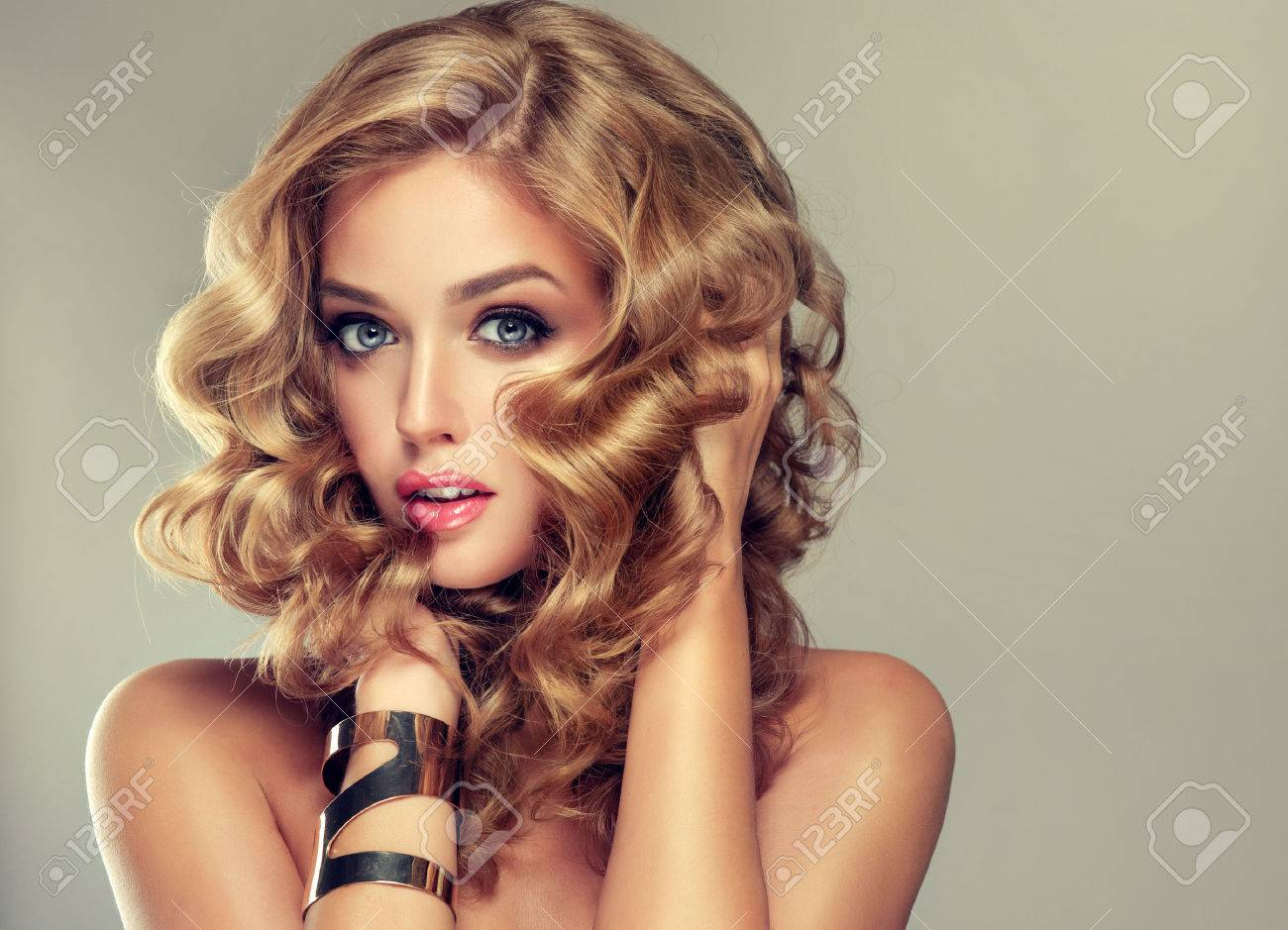 el pelo con un peinado elegante pelo ondulado rizado peinado - Peinados Ondulados