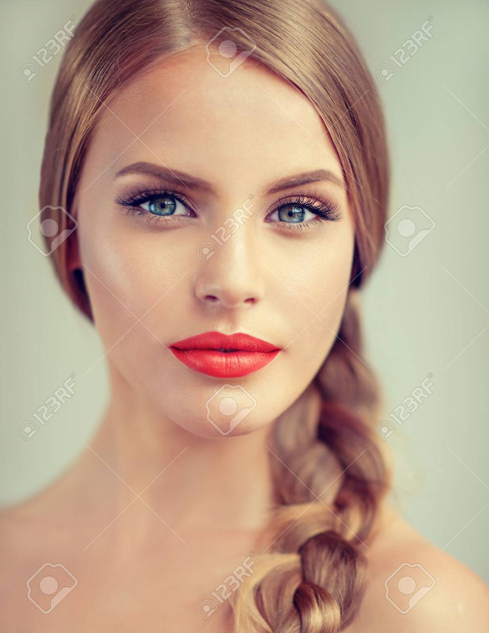 dunkelblond blau weiblich
