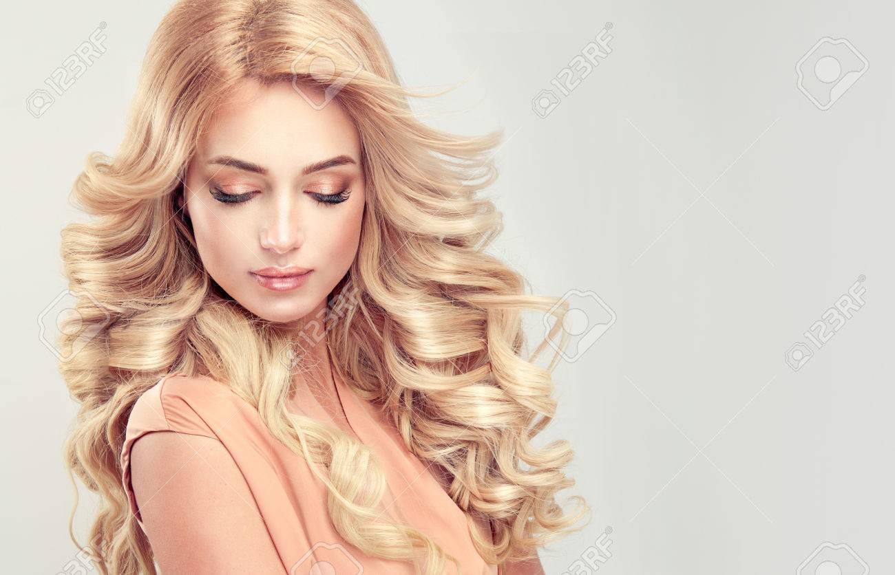 Seduisante Femme Blonde Avec Une Coiffure Elegante Exemple De