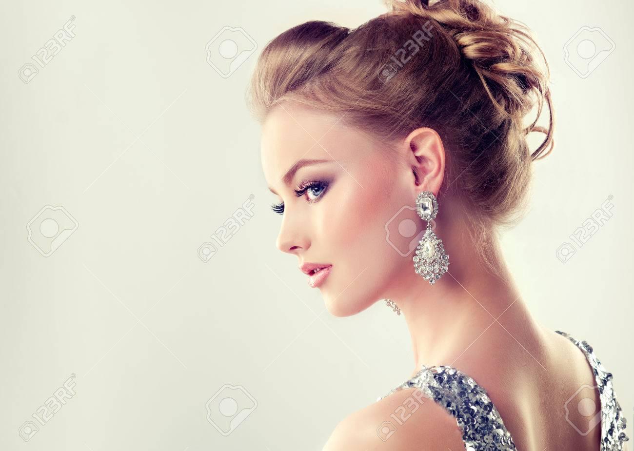 b84dd01a4a7 Portrait De Jeune Fille Magnifique Dans Un Profil Habillé En Robe De  Soirée
