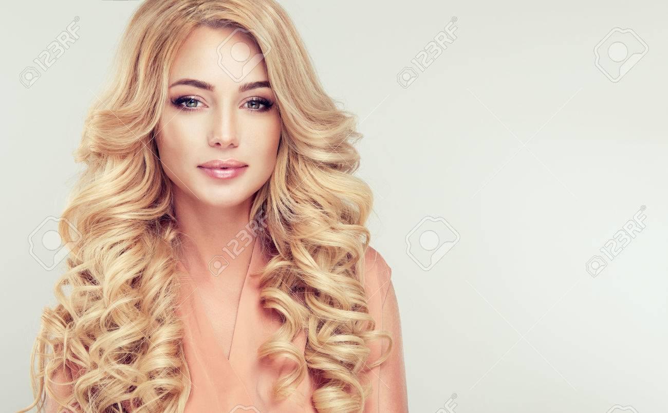 Gros Plan Portrait D Une Femme Blonde Attrayante Avec Une Coiffure