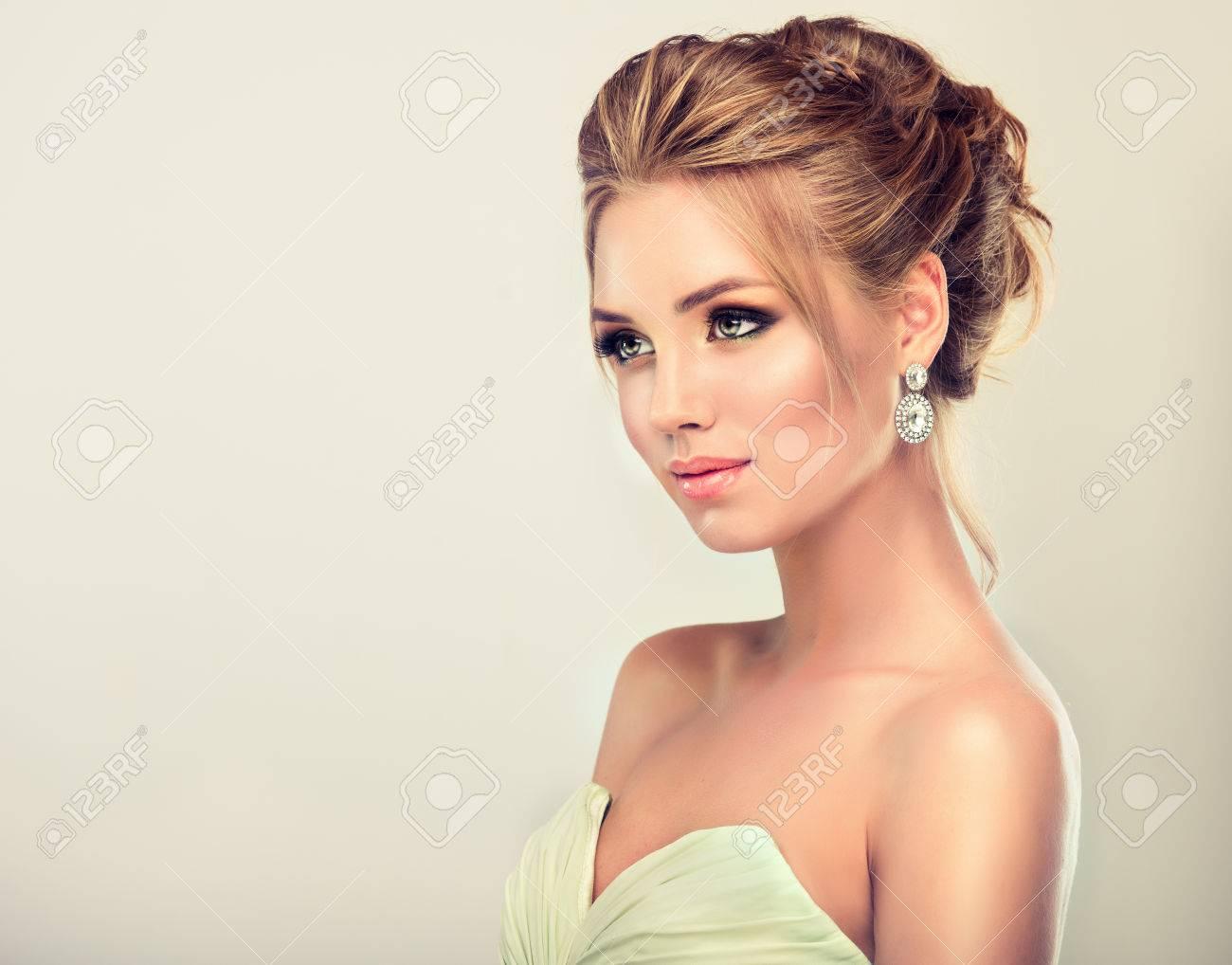 Schone Frau In Abendkleid Gekleidet Beispiel Fur Hochzeit Frisur