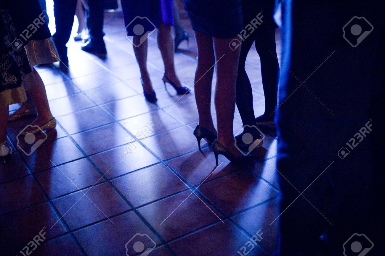 Las Piernas De Las Damas Jóvenes Vistiendo Zapatos De Tacones Altos ...