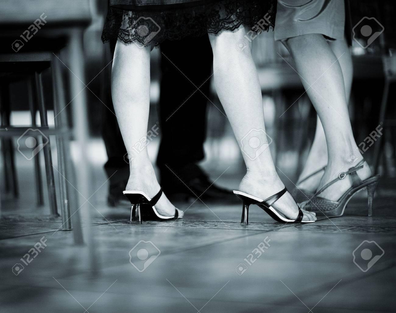 De Pieds Des Jeune Jambes Et Femmes Invité Dans Les Mariage Sqw7rS4tx