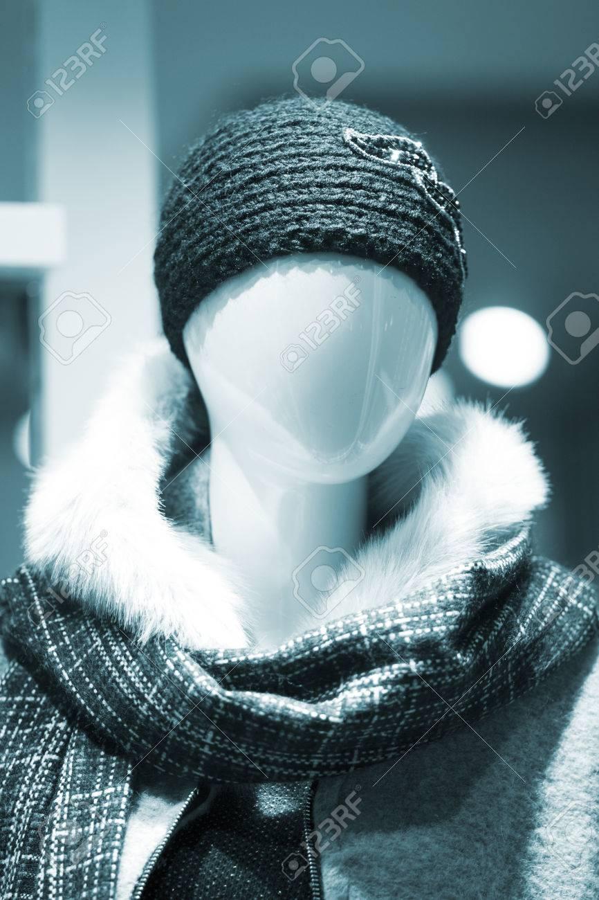 a2eb8a0c954b Tienda de moda maniquí femenino maniquí en ventana boutique de almacenes  que lleva la moda actual en la ropa.