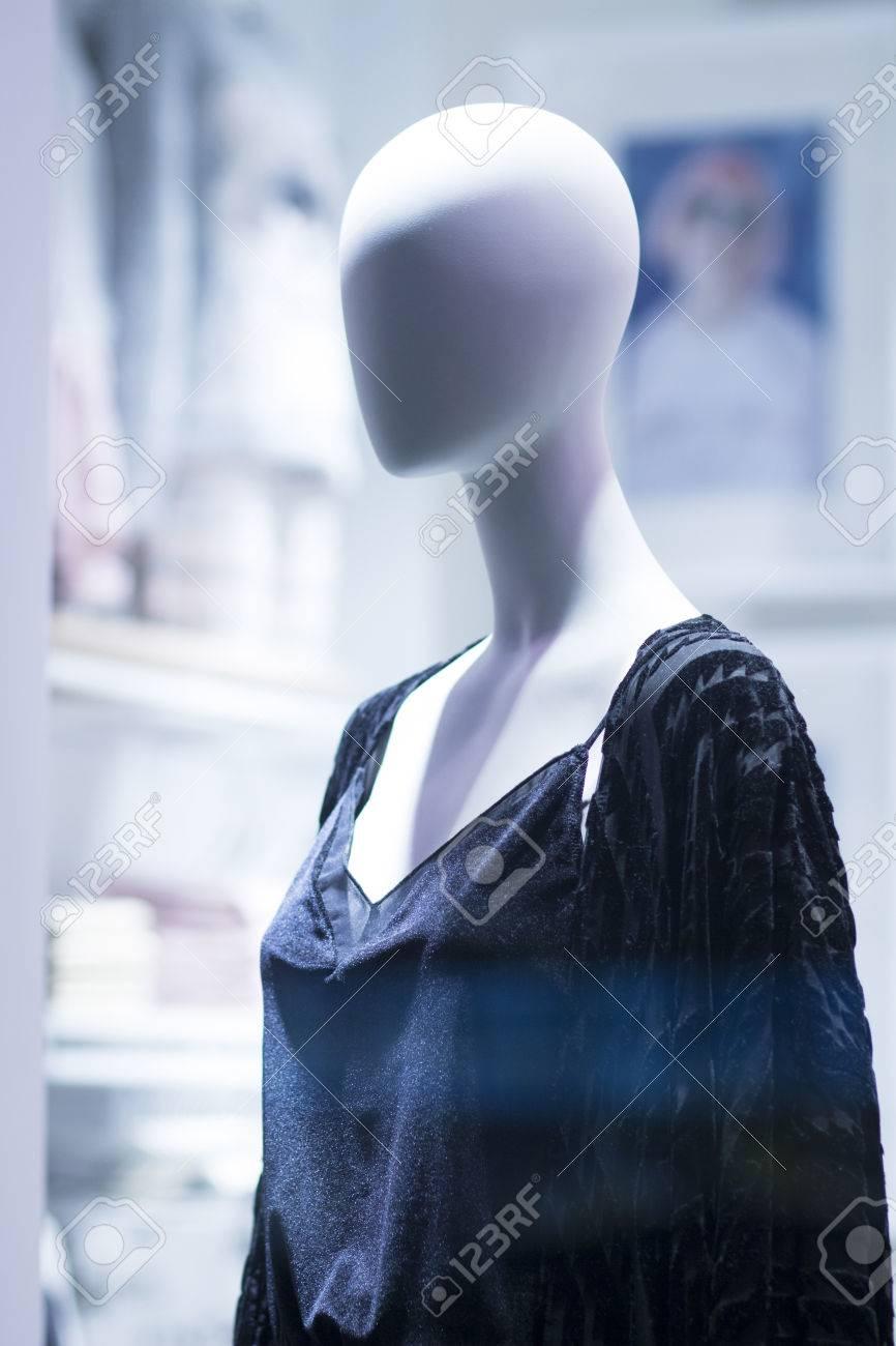 fd98d29a2f56 Tienda de moda maniquí femenino maniquí en ventana boutique de almacenes  que lleva la moda de las mujeres actuales en la ropa.