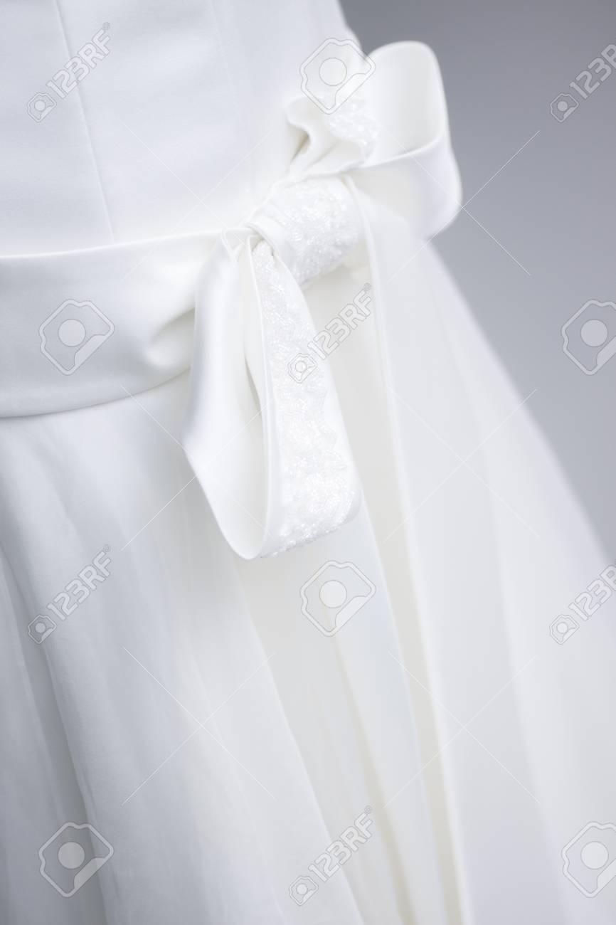 1d125f0ac7e Casandose el vestido nupcial del vestido blanco en escaparate en maniquí de  la ropa. Foto
