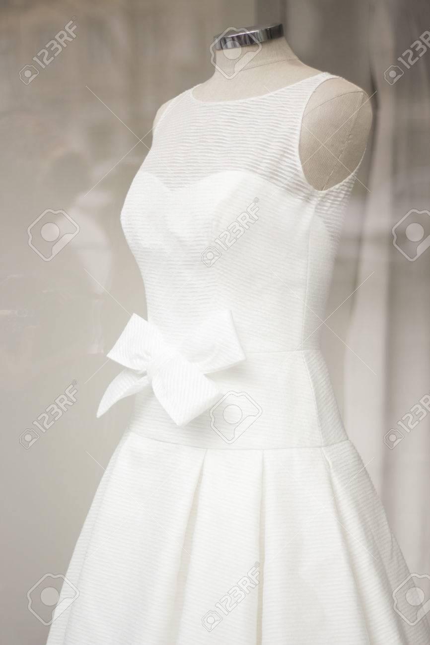 ca5fca88e2f Foto de archivo - Vestido blanco de la boda vestido de novia en el  escaparate de una tienda de ropa en maniquí.