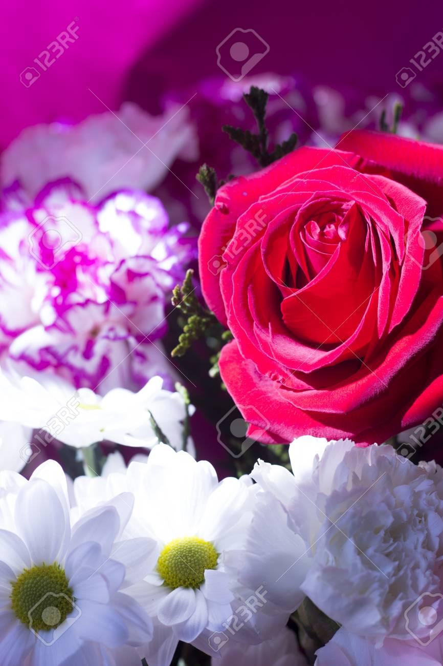 Ramo De Flores De Primavera Y Bonitas Rosas Rojas En Montón En La