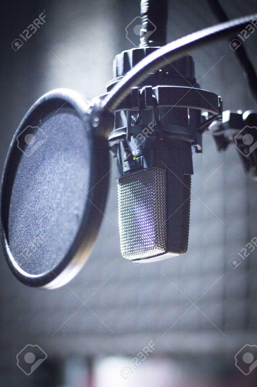 70890d90b58d6 Foto de archivo - Grabación de sonido profesional micrófono de estudio de  audio y escudo anti pop para grabar música