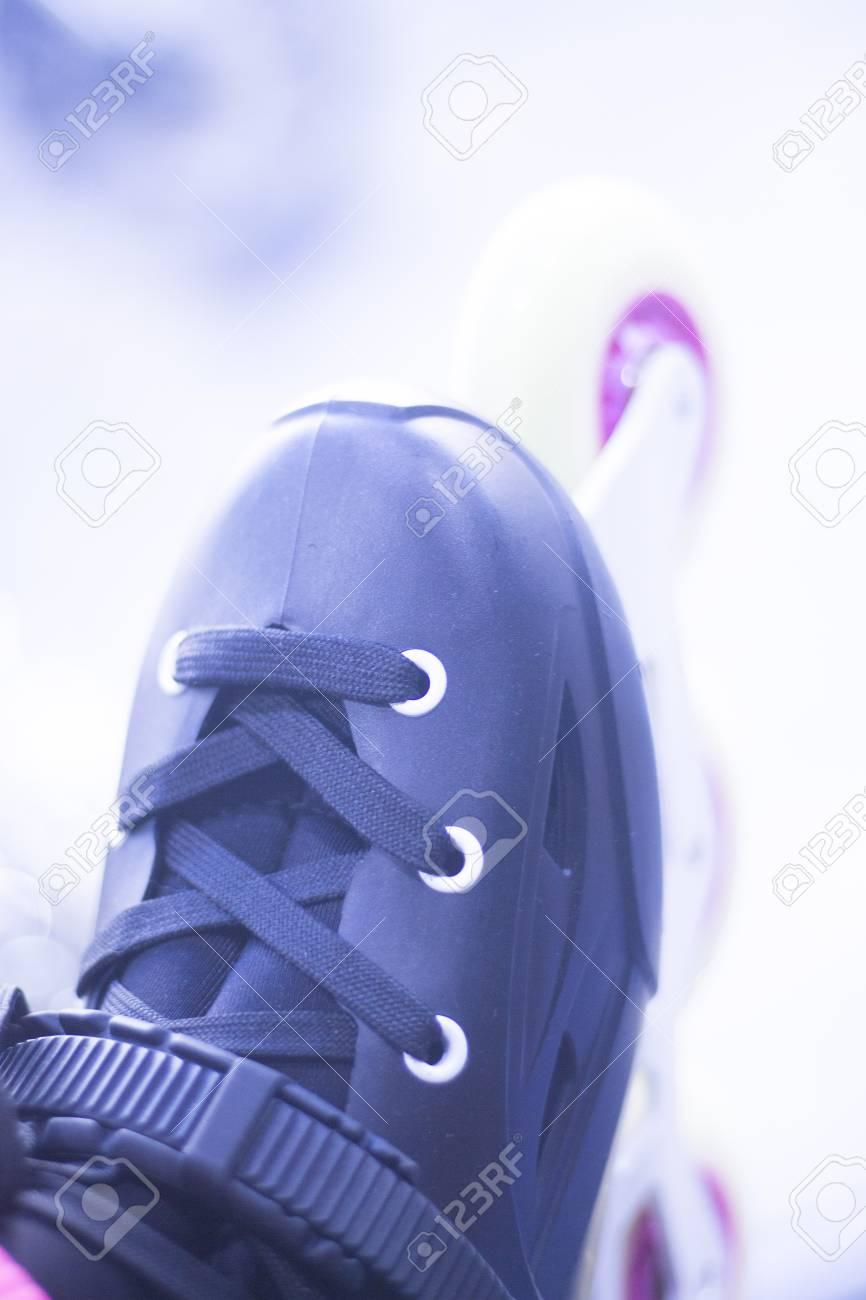 271c0a8eae0381 Archivio Fotografico - Il freestyle in linea pattina gli stivali e le ruote  nella vetrina del negozio al dettaglio per il pattinaggio libero, urbano,  ...