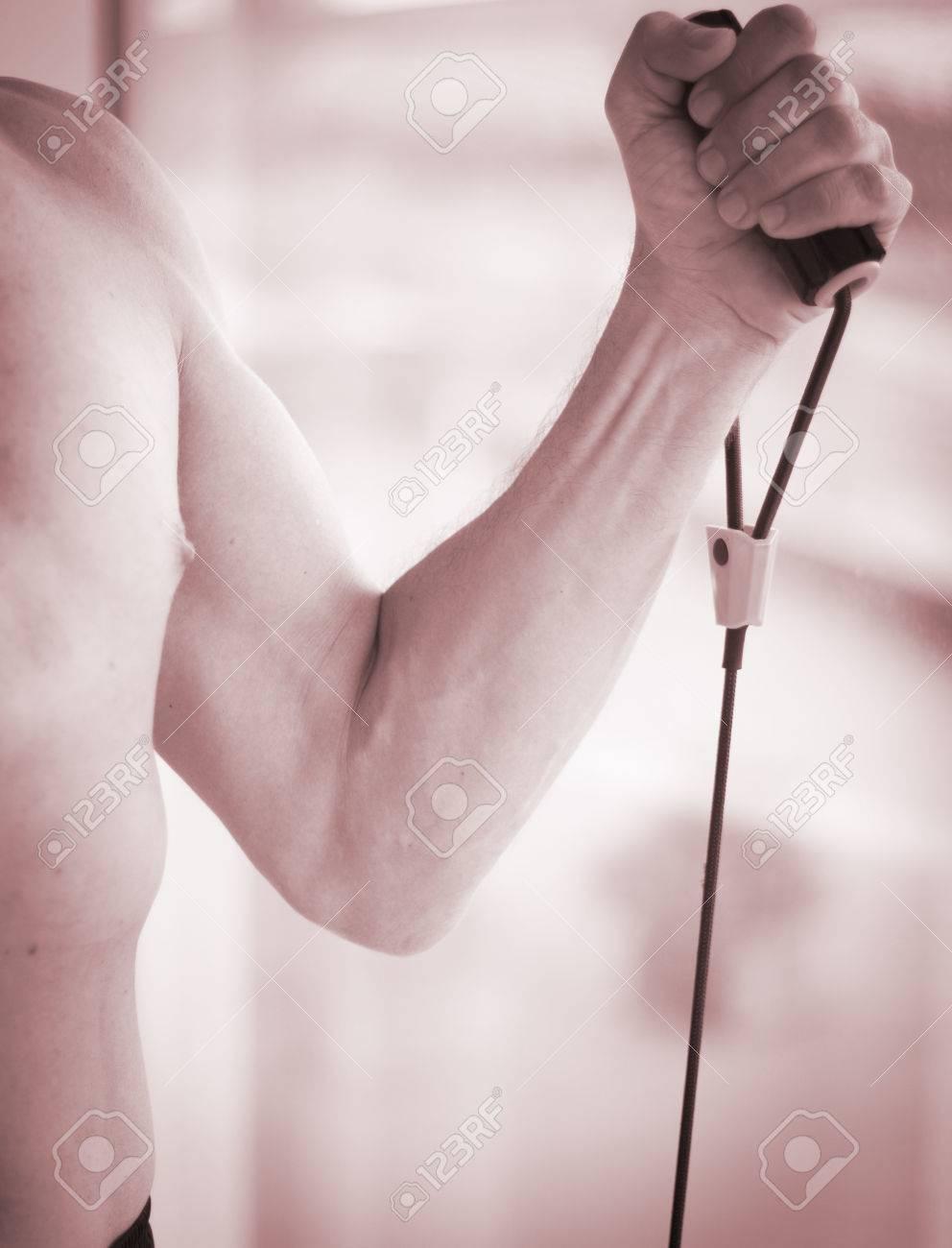 Man Trainiert Mit Fitness-Übungen Und Flexibilität Bänder Training ...