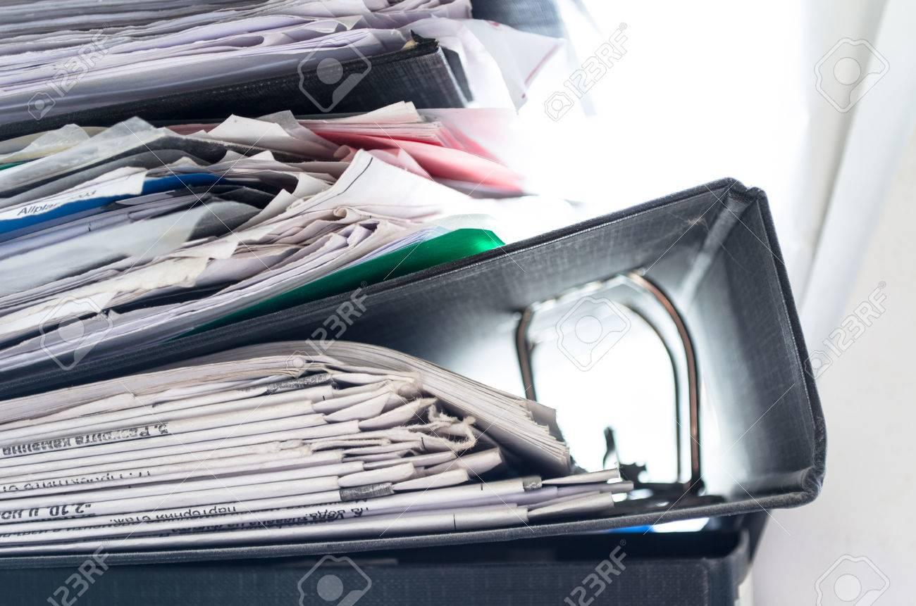 Rot Grun Blau Und Gelb Buro Ordner Mit Kisten Auf Die Graue Regal