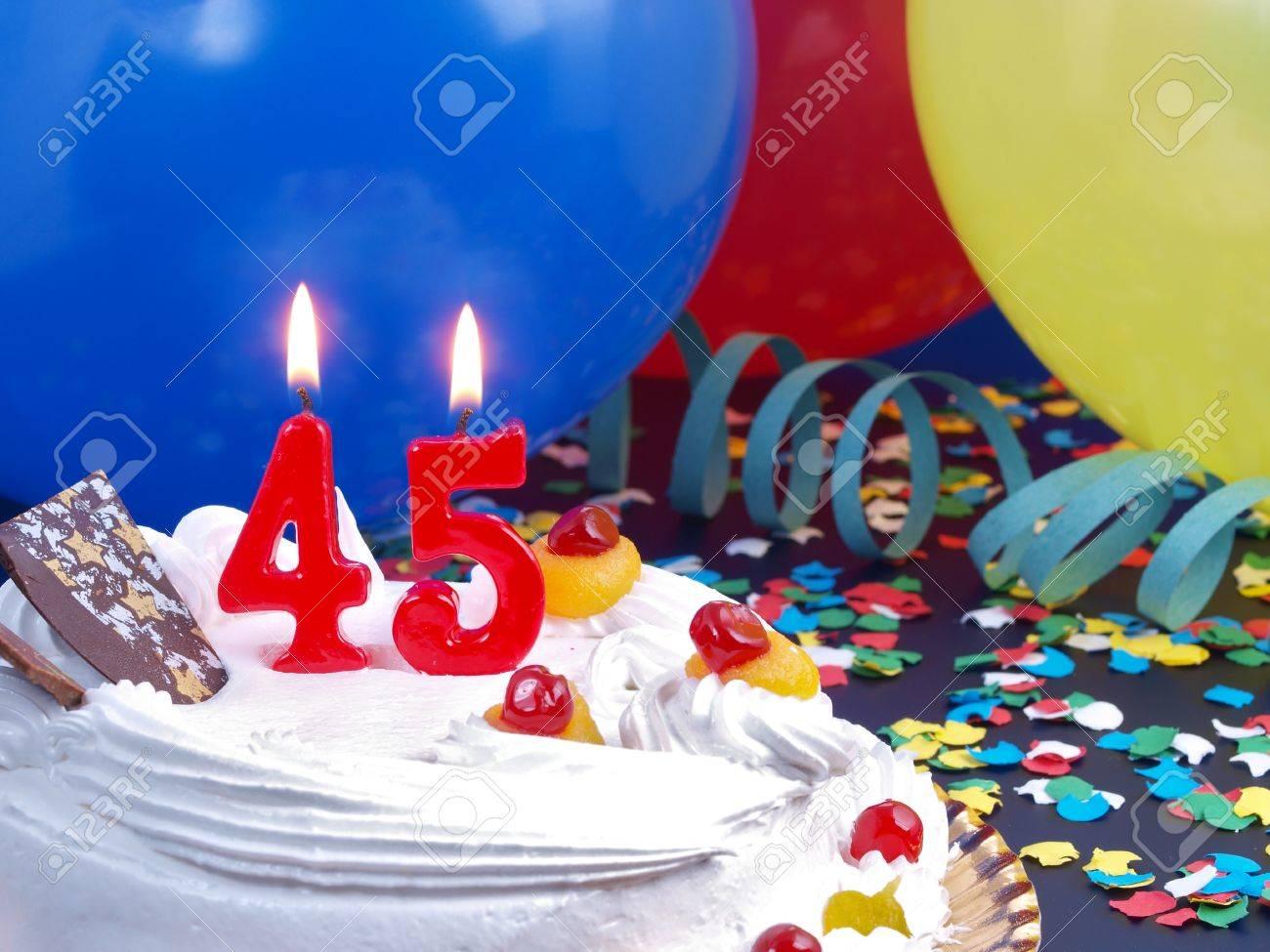 Me presento!!!! 15782549-Torta-de-cumplea-os-con-velas-rojas-que-muestran-Nr-45-Foto-de-archivo