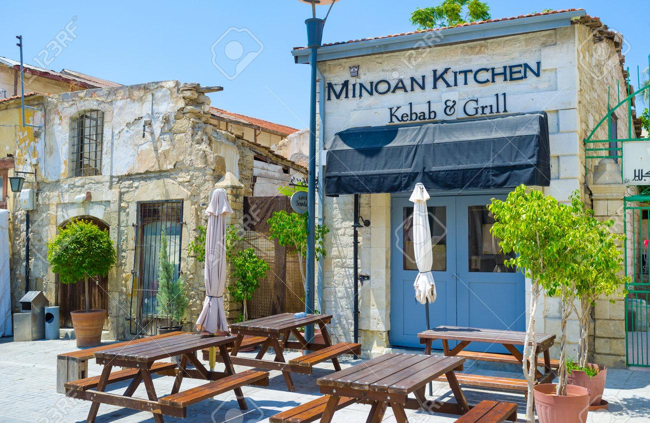 Limassol Cipro 4 Agosto 2014 Il Caffè Panoramico Nel Centro Storico Con La Piccola Terrazza Esterna Il 4 Agosto A Limassol