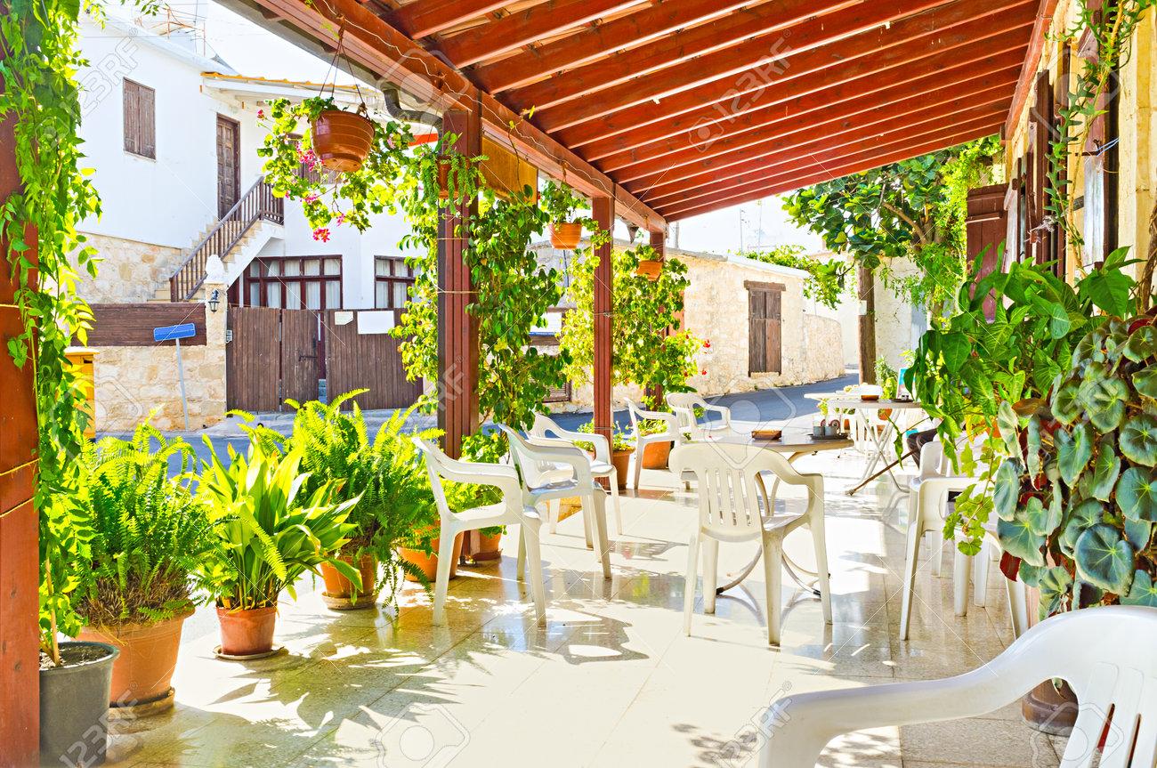 La Terraza De Verano De La Antigua Cafetería En La Localidad De Neo Chorio Decorado Con Plantas En Macetas Chipre