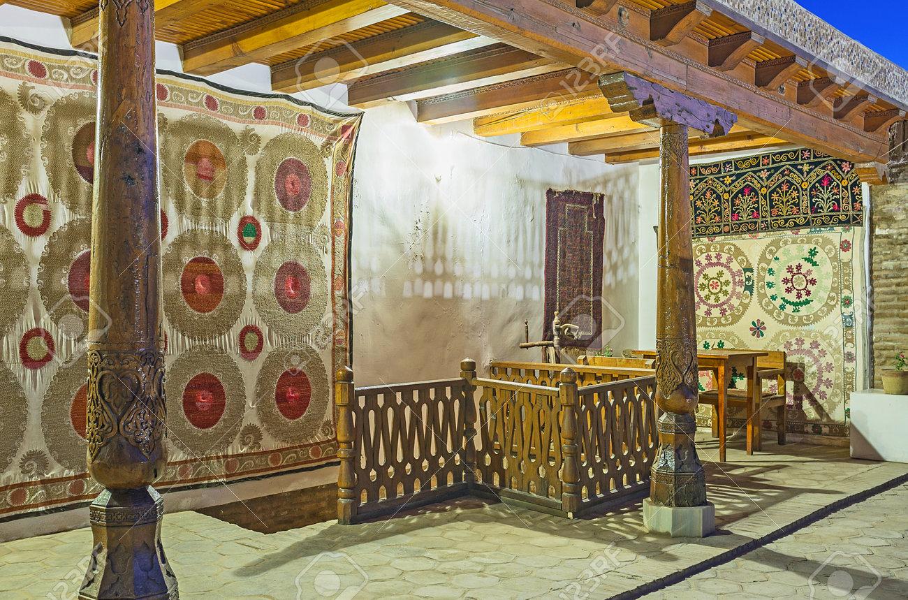 Bukhara Uzbekistán El 28 De Abril 2015 La Terraza Caravana Saray Decorado Con Alfombras De Seda Tradicionales Y Pilares De Madera El 28 De Abril