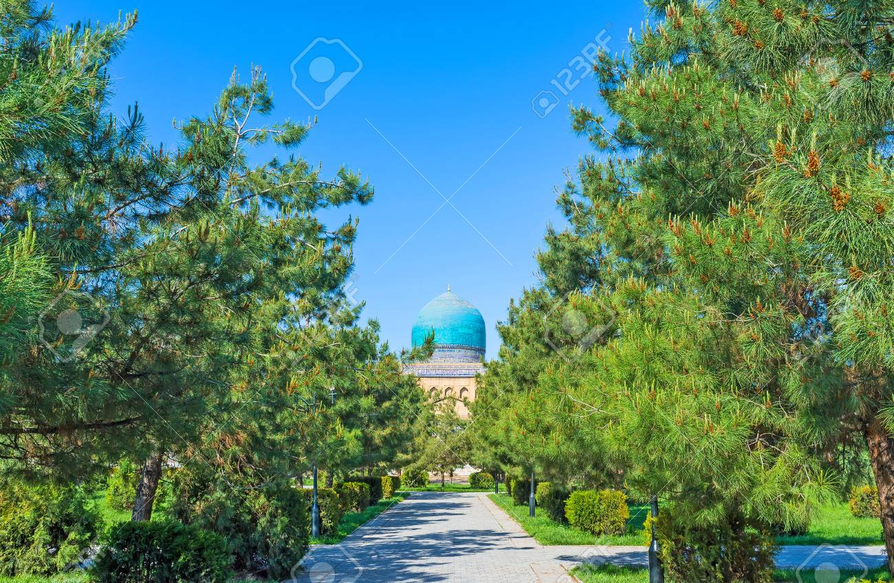 La cupola piastrelle blu di tilya kori madrasa trova alla fine del