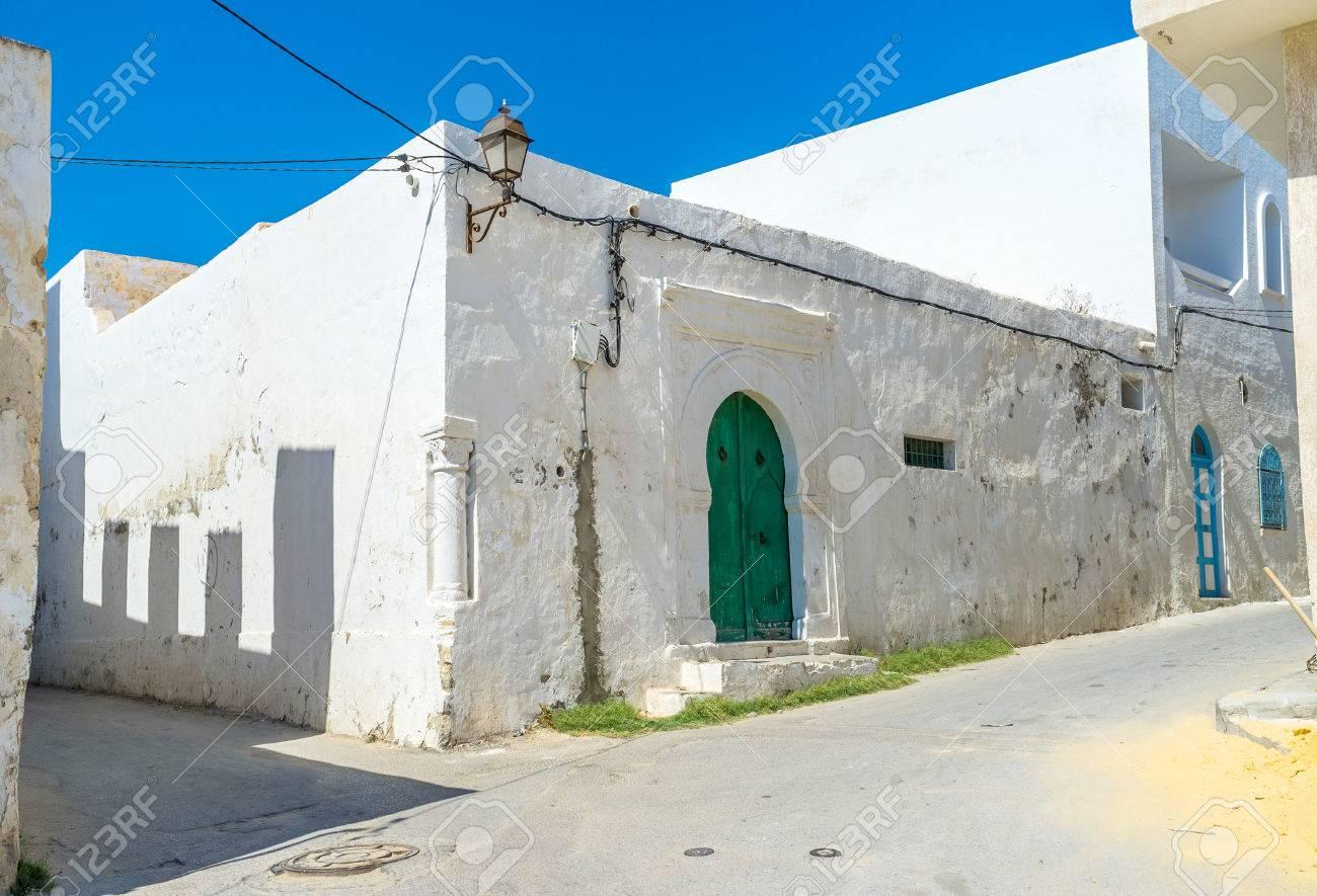 Het witte modderhuis versierd met kleine kolom ingebed in de hoek