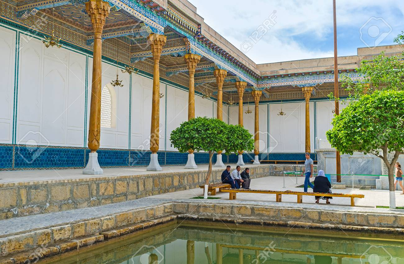 Bukhara Uzbekistán 29 De Abril De 2015 El Patio Del Mausoleo De Hazrat Muhammad Shah Bahauddin Naqshband Decorado Con La Terraza Panorámica Y El