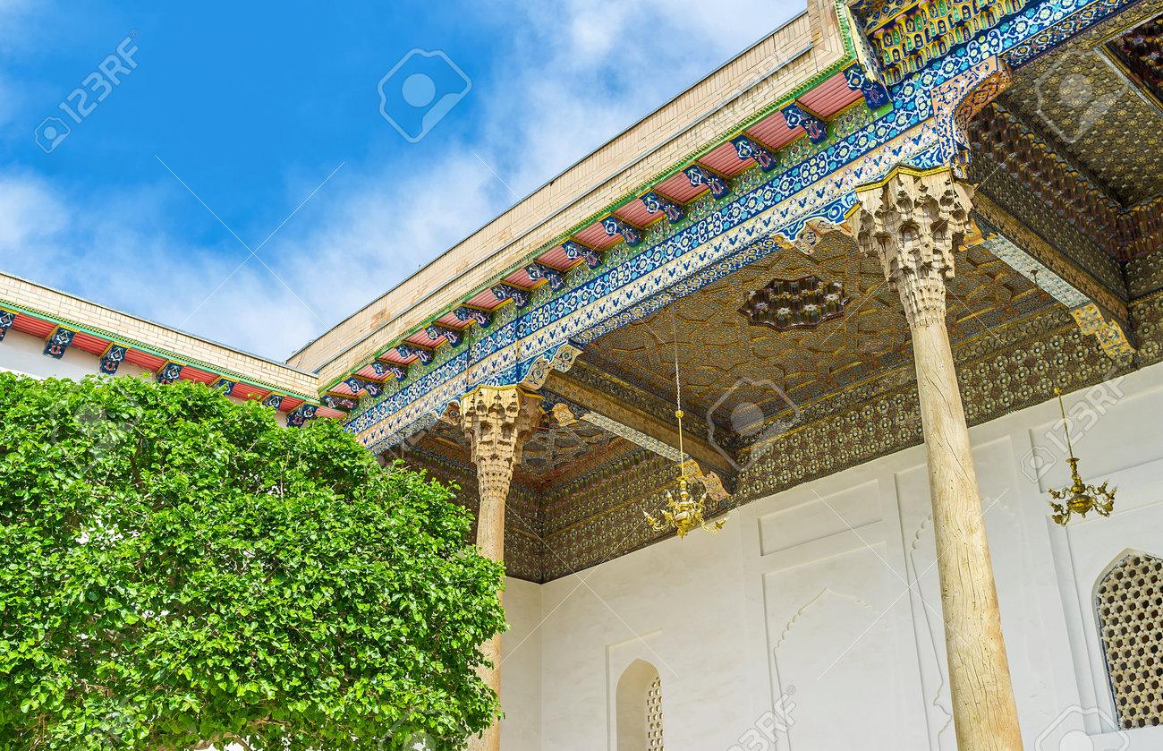El Techo De La Terraza De Sheikh Nakshband Mauzoleum Dividido En Pantallas De Madera Con Un Patrón único Tallado Y Pintado Bukhara Uzbekistán