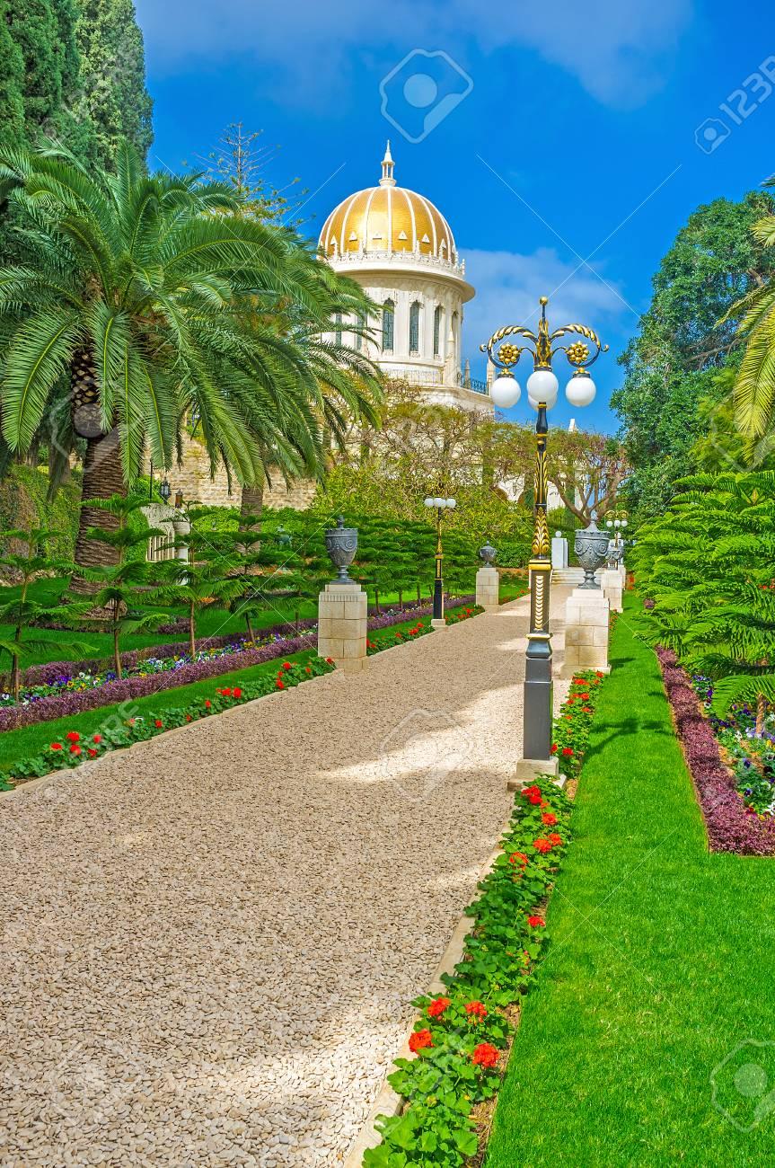 Le beau jardin Bahai avec la grande variété de plantes, de fleurs, de  sculptures et de fontaines du parc, à Haïfa, en Israël.
