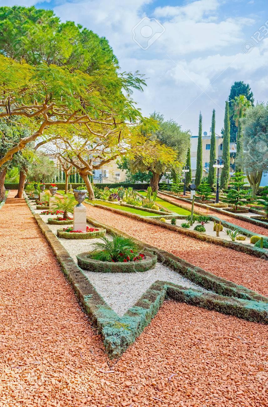 La Beauté Du Jardin D\'ornement Avec Des Chemins De Gravier, Des ...