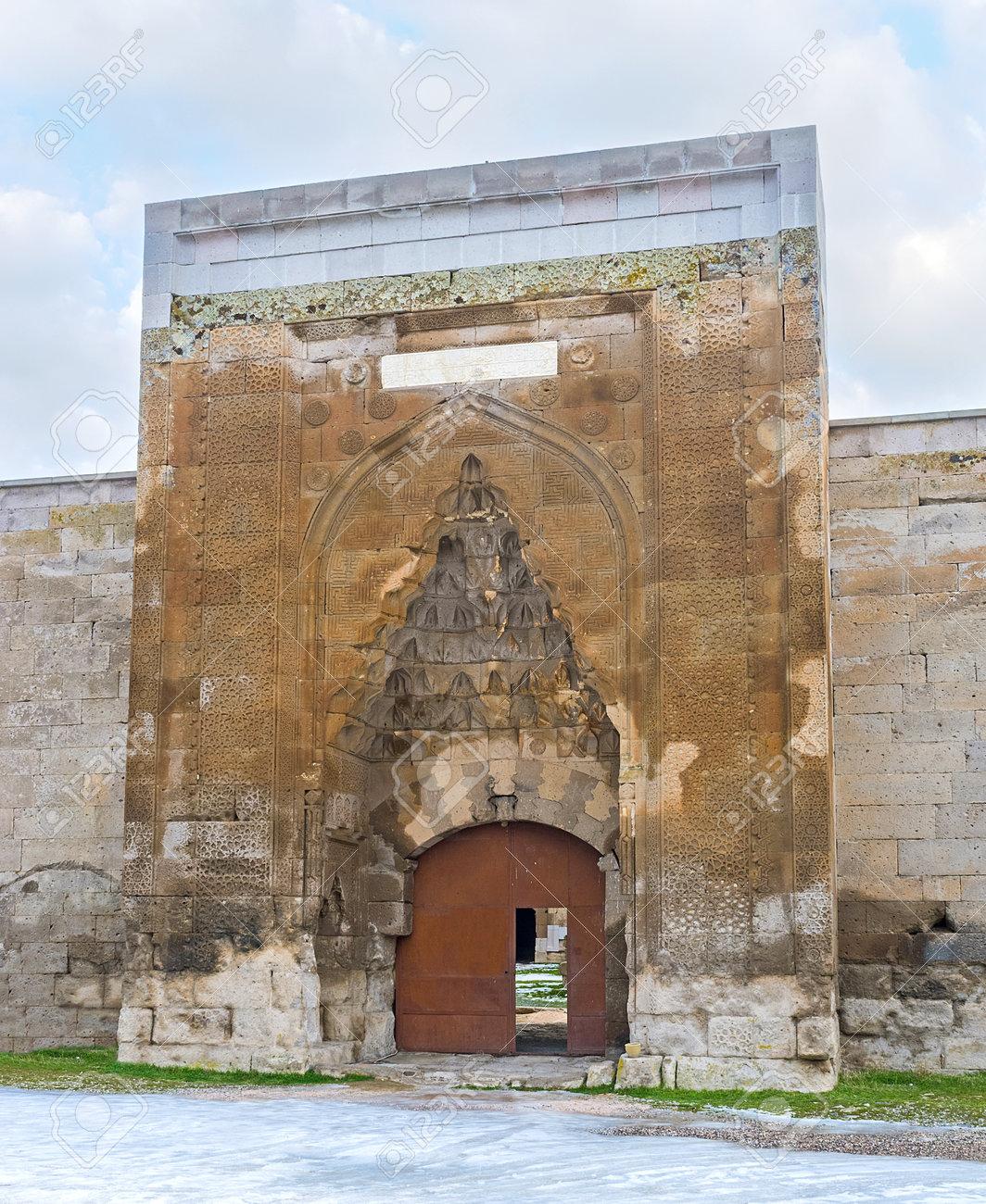 Le Portail De La Cité Médiévale Agzikarahan Caravan Saray, Décorée ...