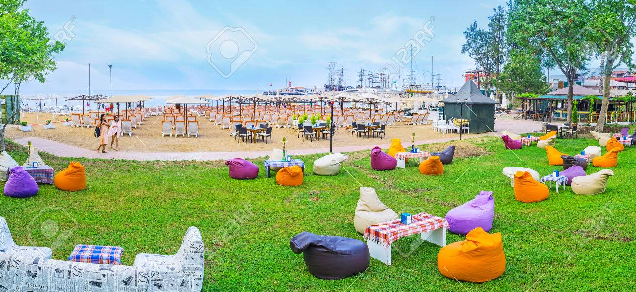 Kemer, Turquie - 5 mai 2017: Panorama de la zone salon à la plage de clair  de lune avec des chaises longues confortables sur le sable ou des fauteuils  ...