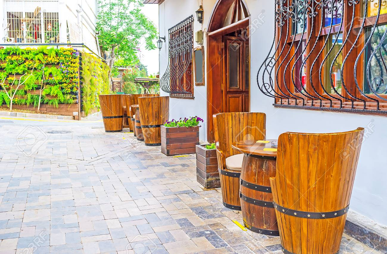 La Terraza De Verano Del Bar En Kaleici Decorado Con Pintorescos Muebles De Barril La Elección Perfecta Para Tomar Cerveza Y Relajarse En El Casco