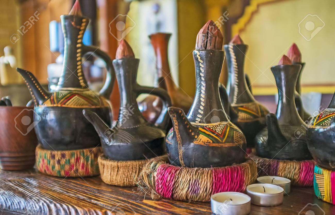 Der Bartheke Des Afrikanischen Cafés Mit Vielen Traditionellen ...
