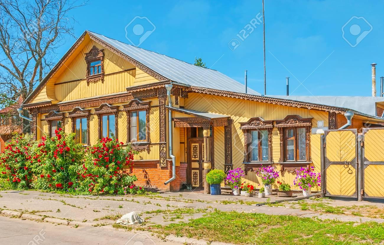 Beeindruckend Russisches Holzhaus Foto Von Traditionelles , Verziert Mit Schönen Geschnitzten Mustern