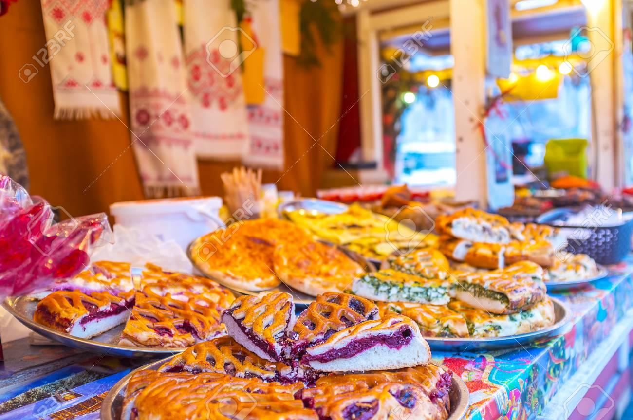 Le magasin de pâtisserie au marché de Noël propose des tartes et des  gâteaux savoureux avec des garnitures diverses, Kiev, Ukraine.