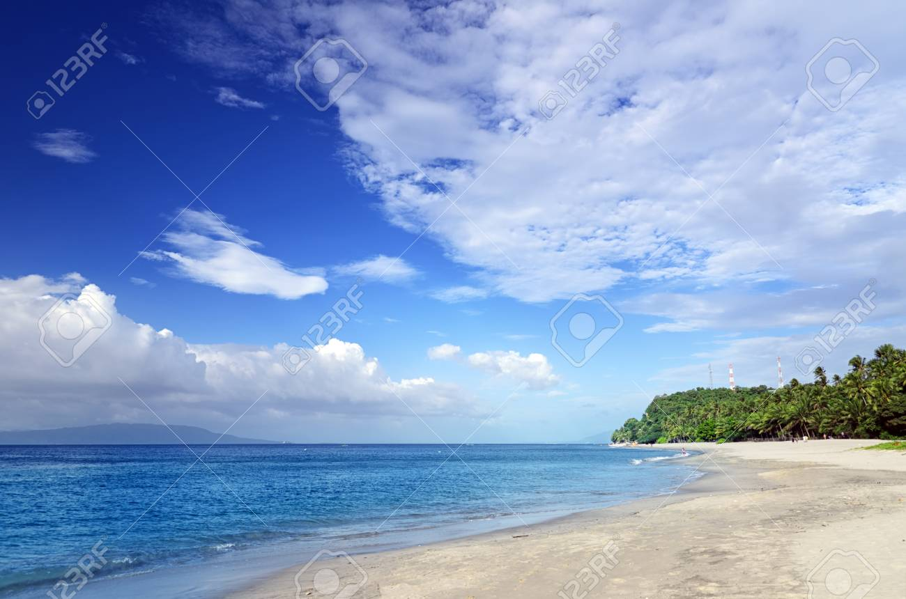 Blue sky and clear water. The White Beach, Puerta Galera, Philippines. Stock Photo - 13108143