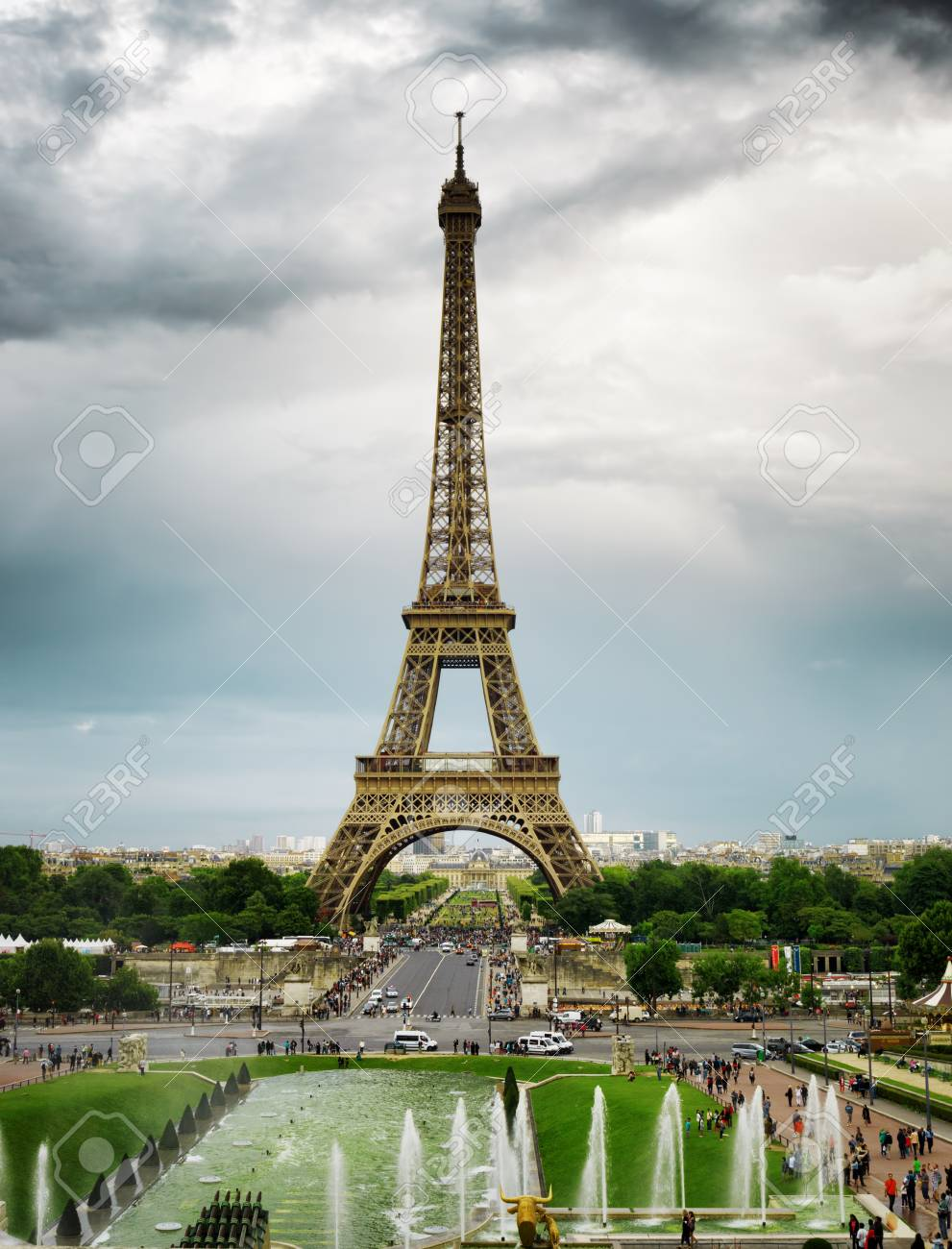 La Vue Sur La Tour Eiffel Et Les Jardins Du Trocadero A Paris