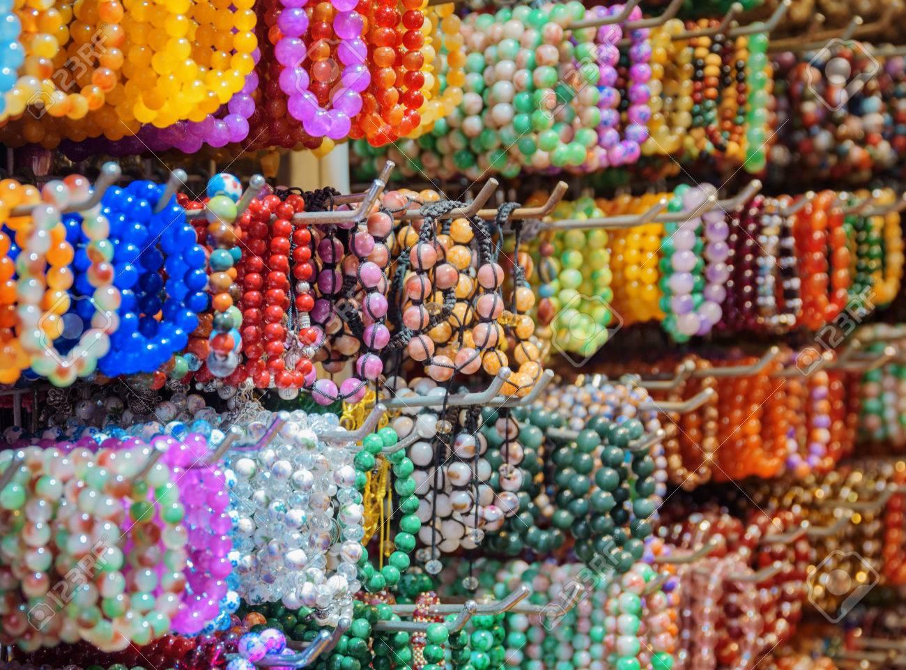 d9323aa16908 Amplia Gama De Pulseras Coloridas De La Piedra Preciosa Y De La Joyería Del  Grano. Jade Pulseras En La Tienda De Souvenirs En El Distrito De Chinatown.