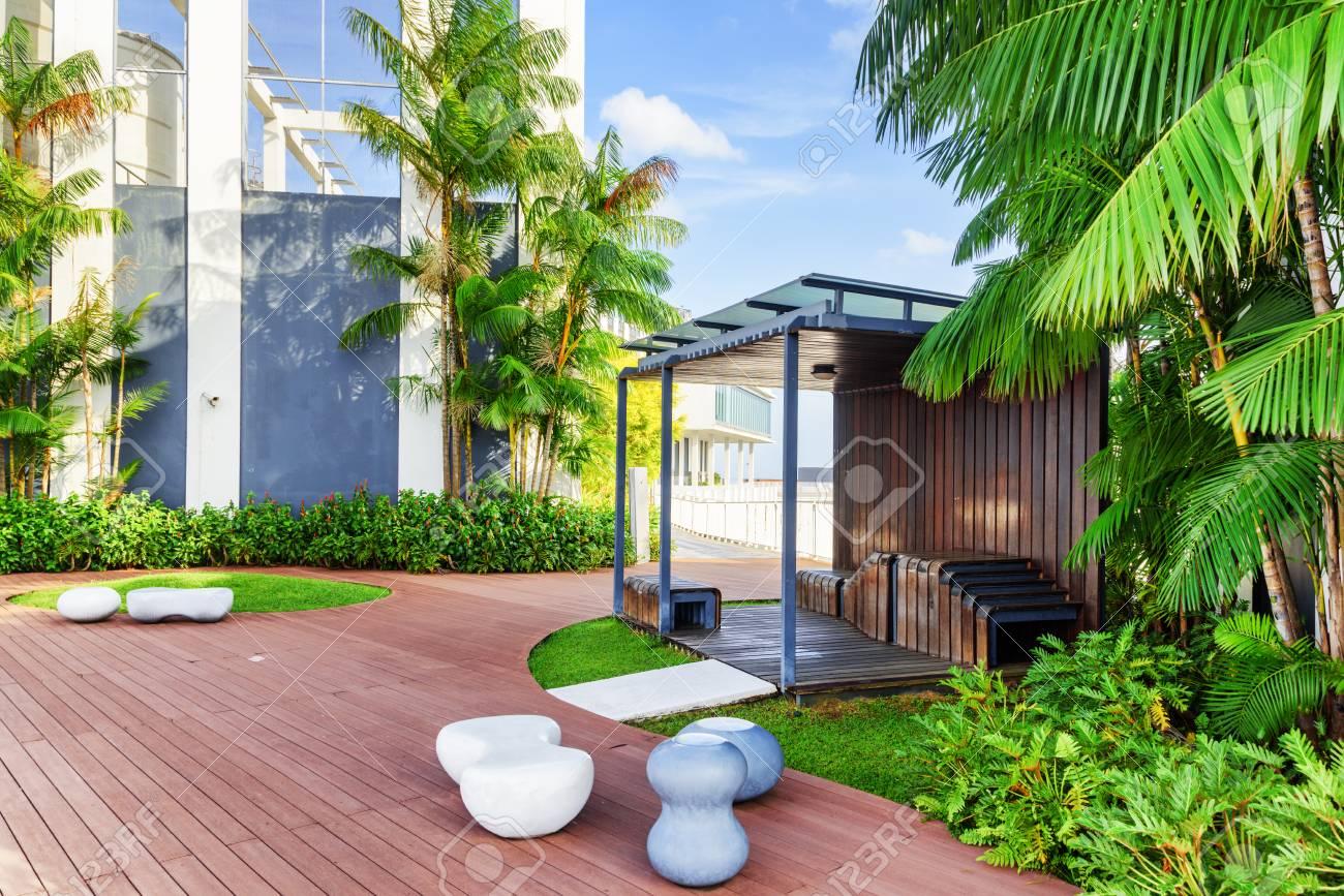 Hermoso Jardín En La Azotea Terraza Exterior Con Impresionante Parque Moderno Cenador De Madera Entre Los árboles Verdes Diseño Ecológico Urbano Y