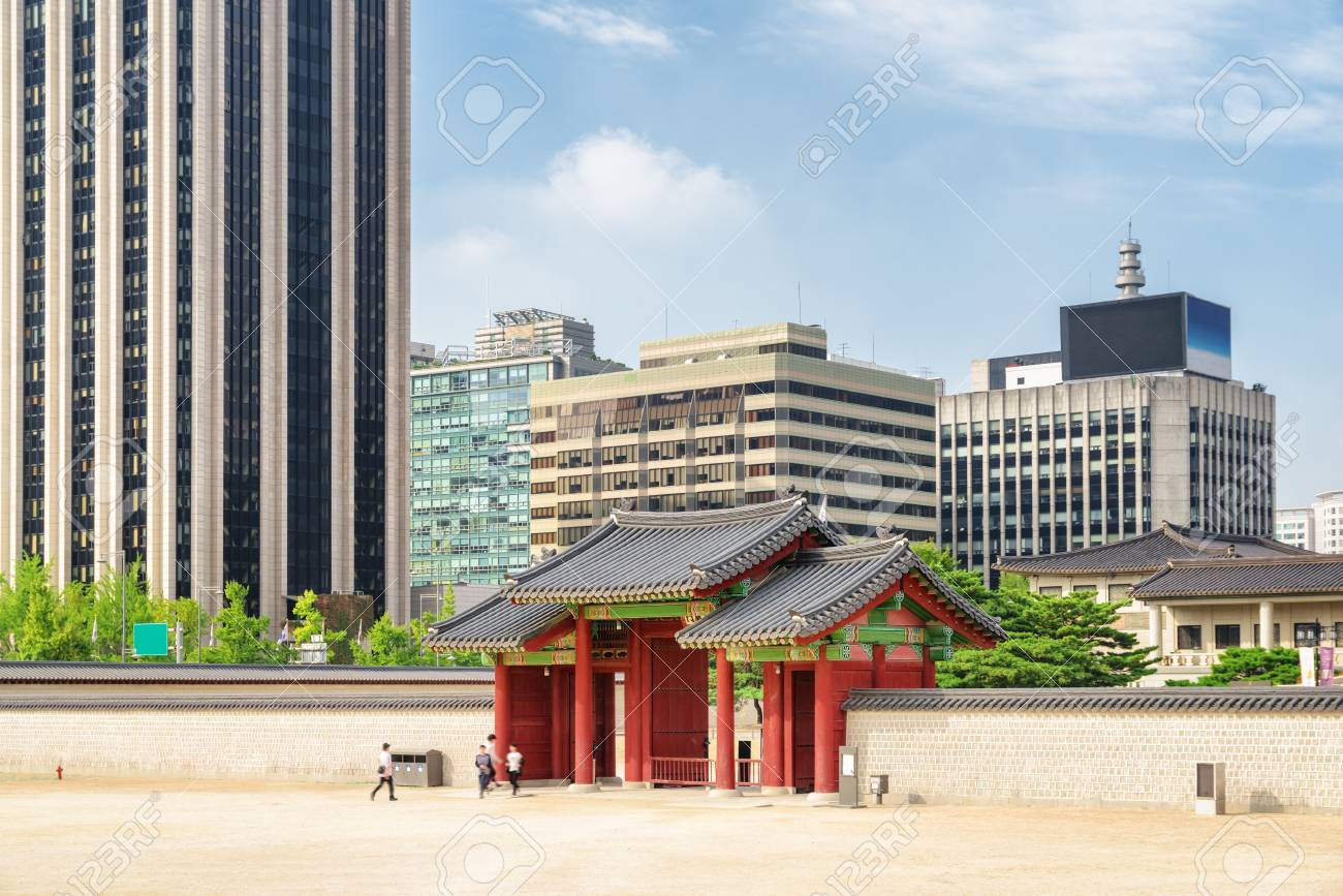 Puerta De Madera Roja Del Palacio Gyeongbokgung En Edificios Modernos De Fondo En El Centro De Seul En Seul Corea Del Sur Es Un Destino Turistico